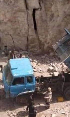 محافظة يمنية تصحو على جريمة مروعة والجثة معلقة على القلاب .. شاهد صور وتفاصيل بشعة