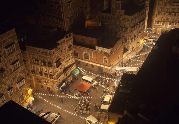 يحدث في صنعاء معارك شوارع عنيفة و مسلحون يسيطرون على شارع رئيسي وتضيق الخناق على جماعة الحوثي في مداخل العاصمة ( تفاصيل )