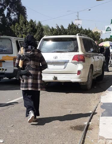 ظهور فتاة يمنية تحمل بندق بسعر خيالي على كتفها وتقود سيارة فارهة في أحد شوارع العاصمة صنعاء تثير موجة جدل على مواقع التواصل - شاهد